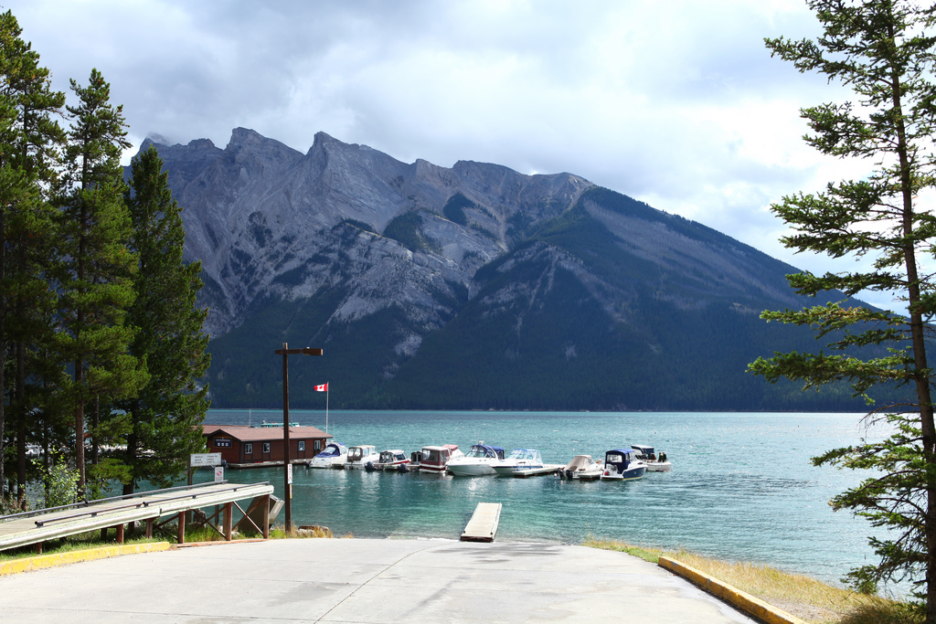 lake-minnewanka-banff-alberta