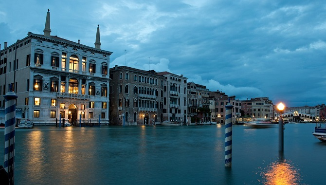 aman_venice_exterior_grand_canal_rialto_bridge_night-crop670x380